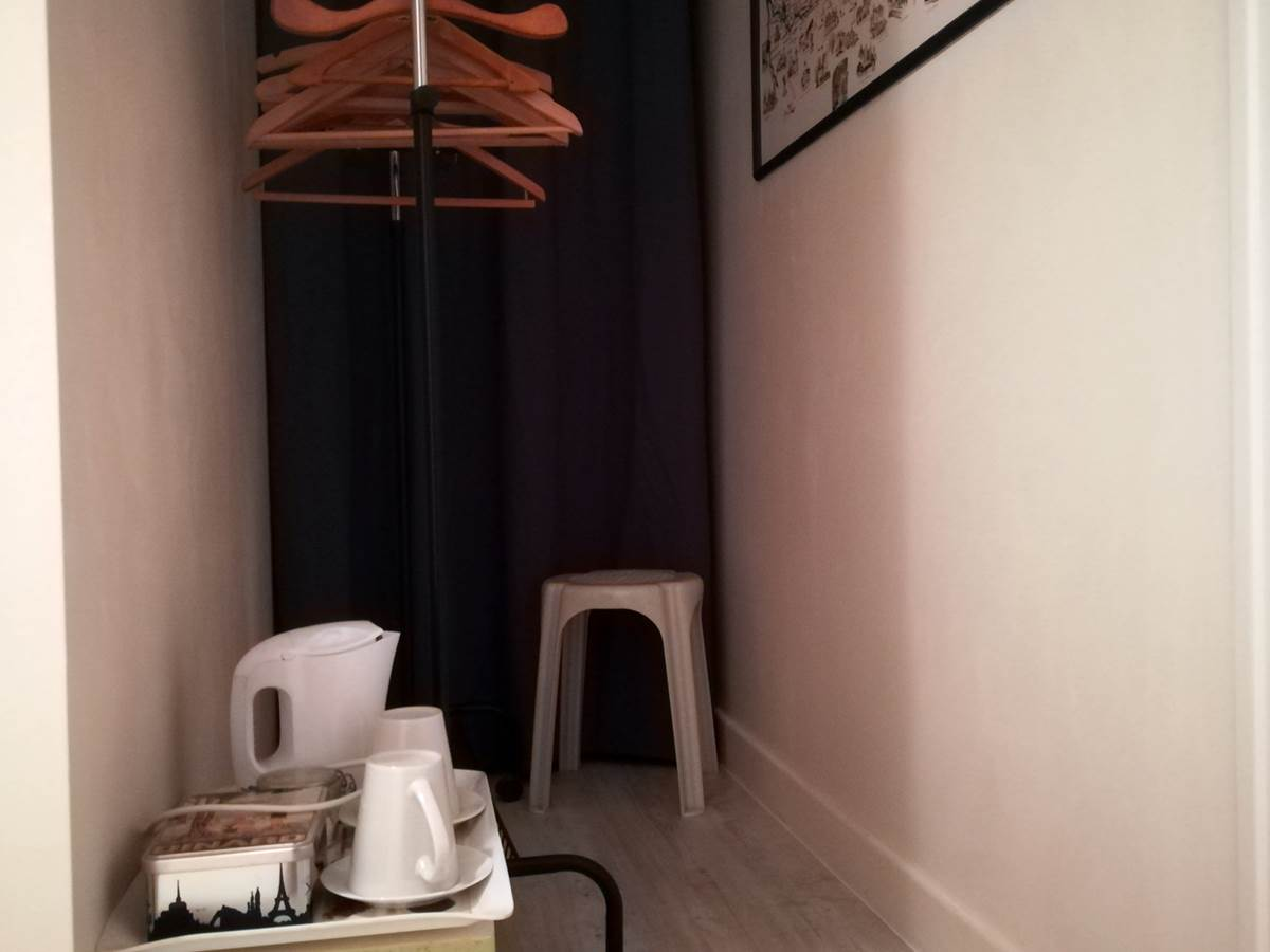 penderie, plateau boissons chaudes, confort chambre Maronne (4)