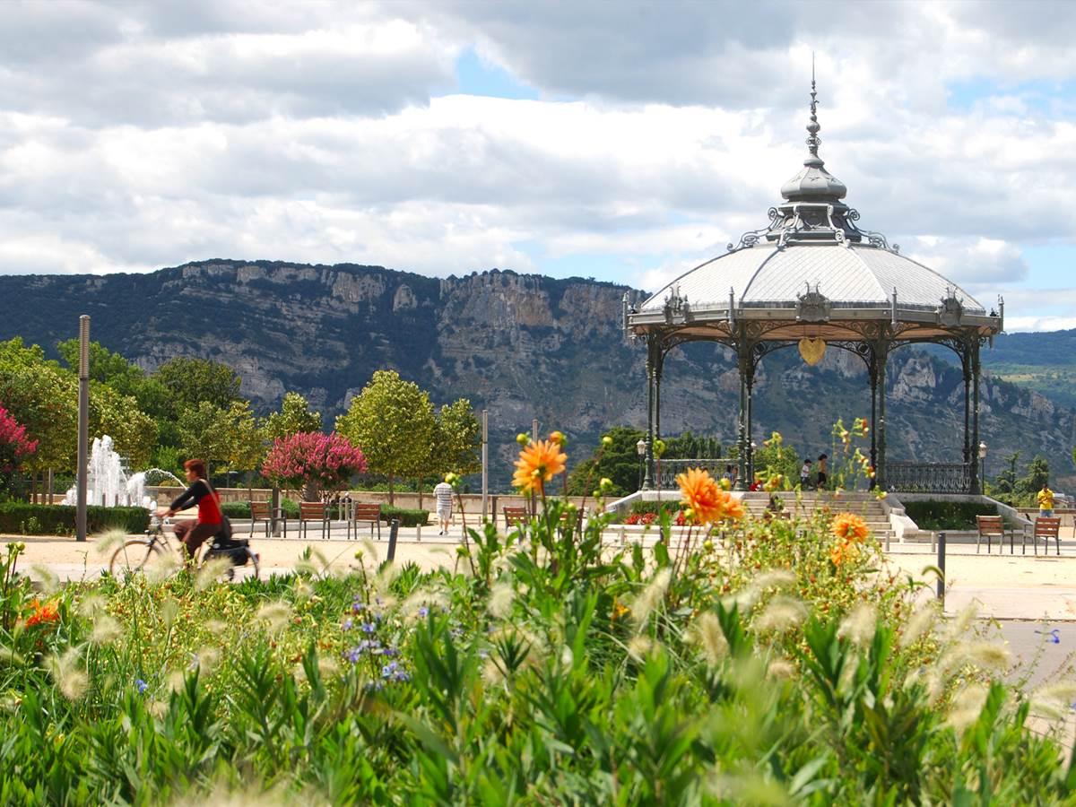 Le kiosque Peynet au premier plan et l'Ardèche au dernier.