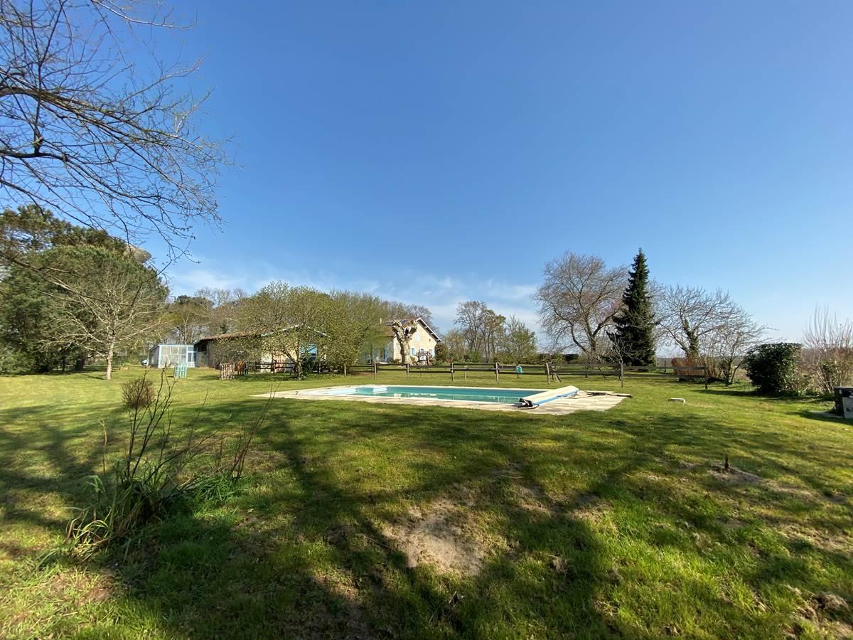 piscine et en fond parc