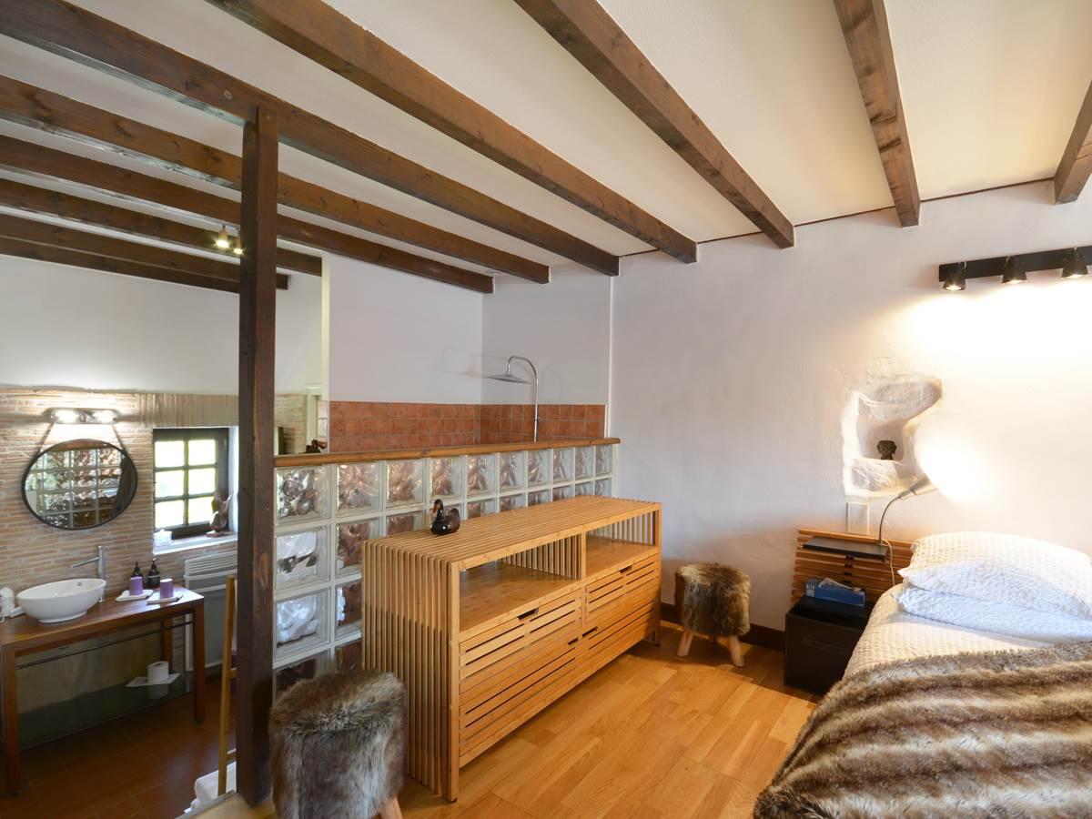 la chambre valere en sa douche en open space