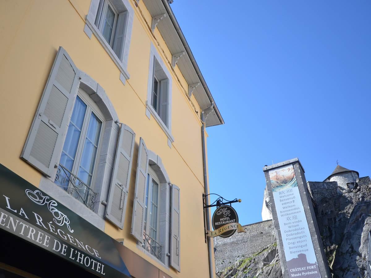La Régence au pied du château fort de Lourdes