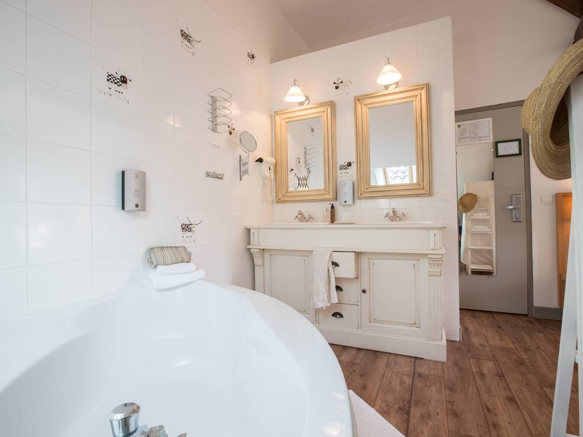 Salle de bain Supérieure Logis Hotel Relais de Vellinus Beaulieu-sur-Dordogne