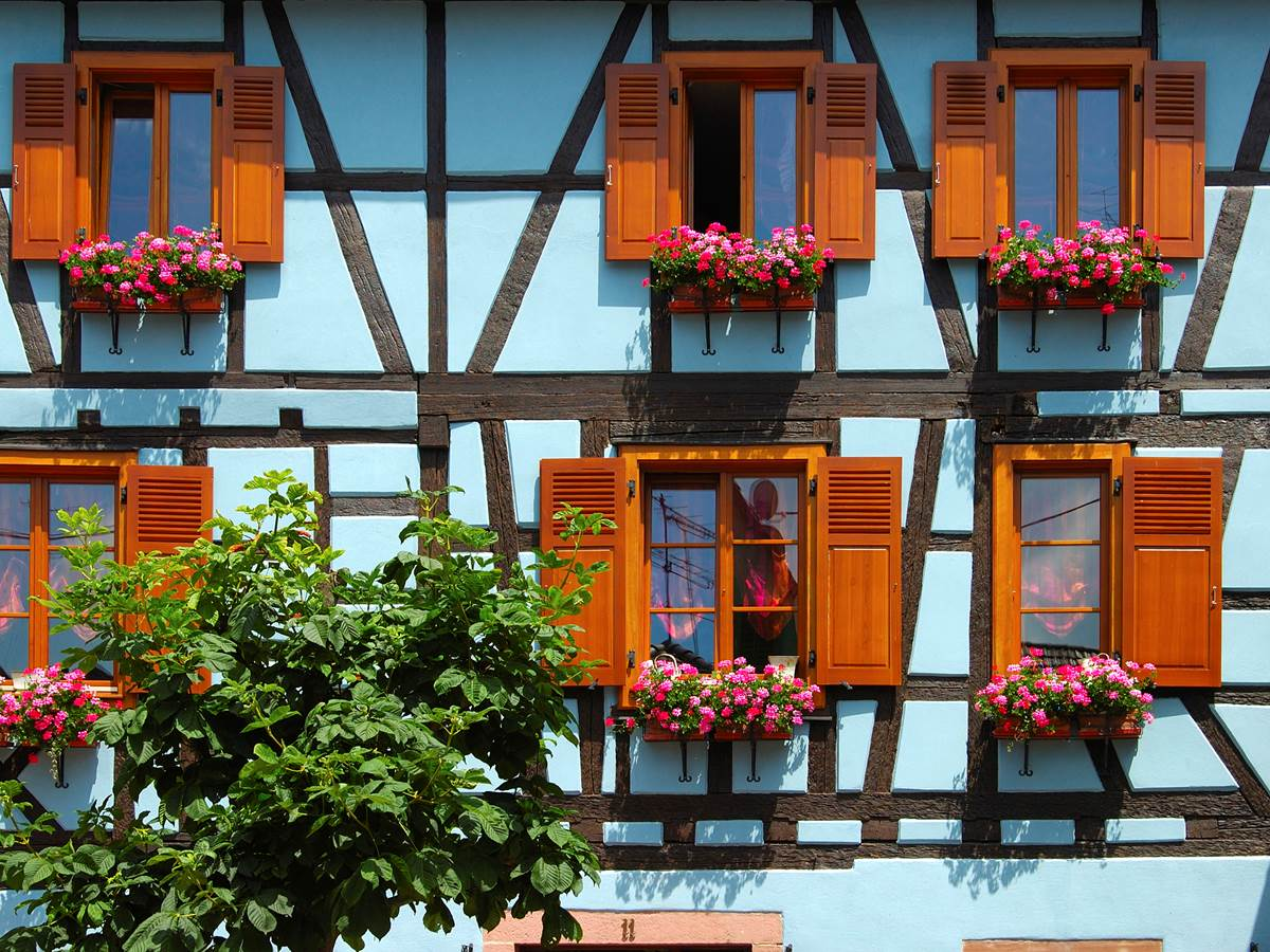 La jolie cité de Ribeauvillé où même les fenêtres sont habillées