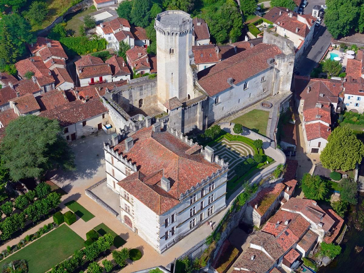 Vue sur le donjon, partie médiévale du château de Bourdeilles