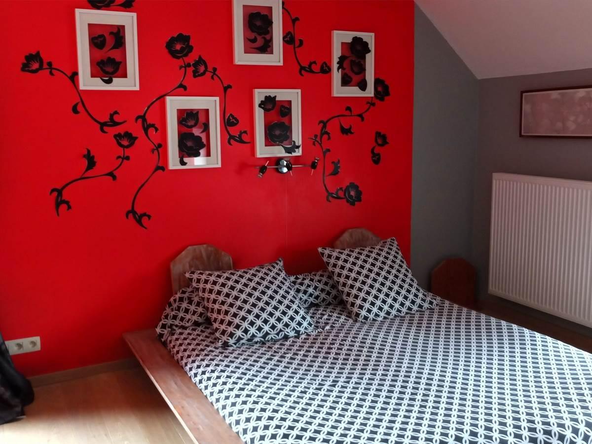 La chambre rouge et son grand lit + un divan lit 2 personnes