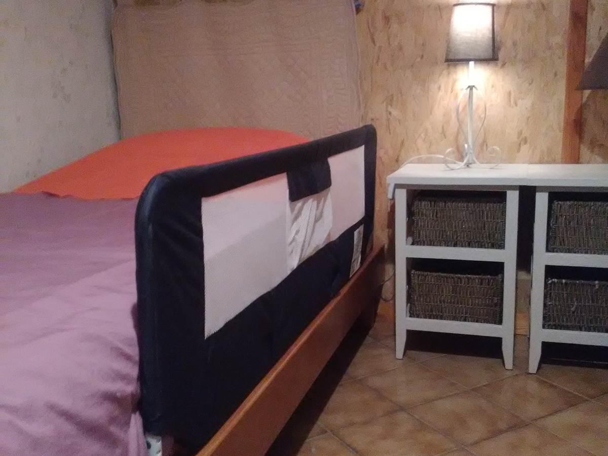 Gîte Les rosiers, barre de sécurité sur lit de 1 personne (sur demande)