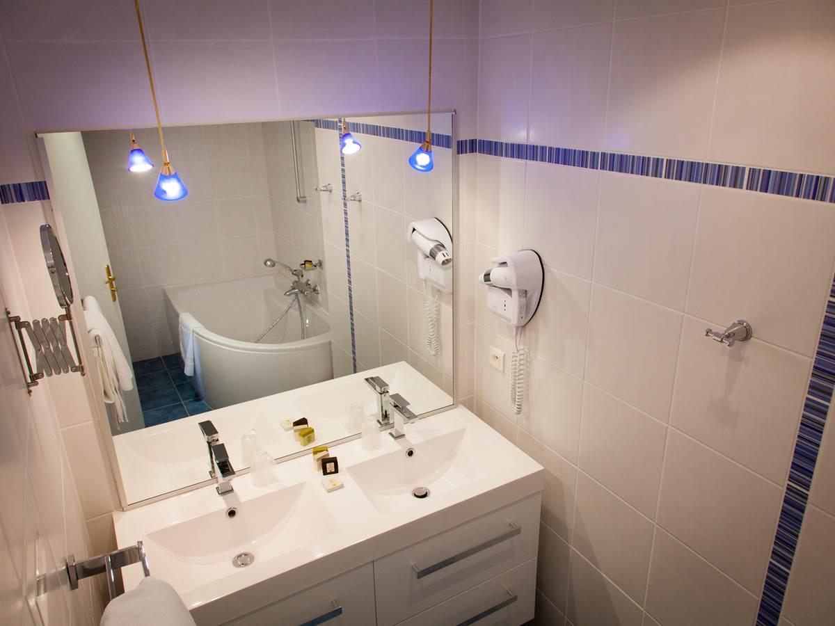 Salle de bain suite junior Hôtel de Kerlon Plouhinec Morbihan