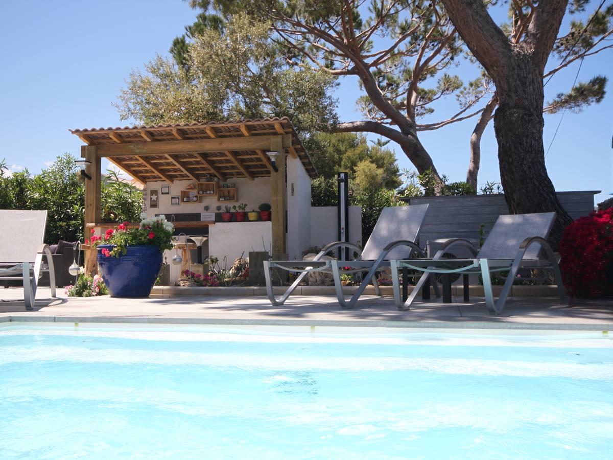 pool house avec la plancha pour vos repas.