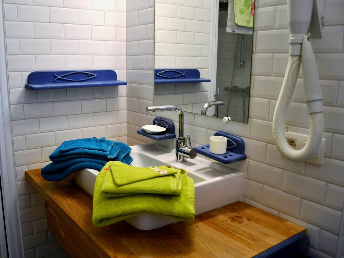 La salle de douche (lavabo - we) privée de la chambre Blanche