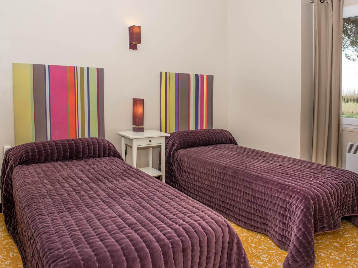 Chambre beige deux lits en 90 cm