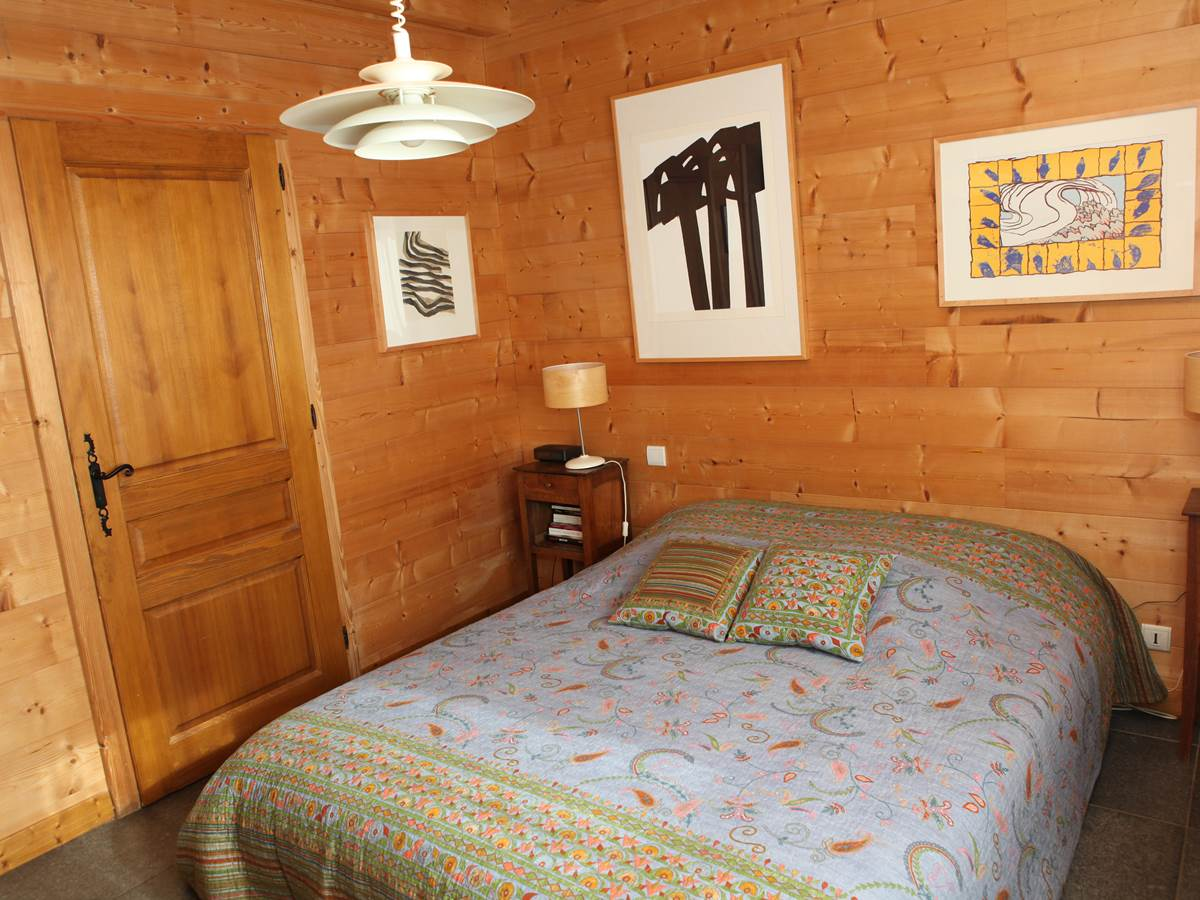 Chambre 1 vers la salle de bains attenante (lavabo, baignoire, w.-c.)