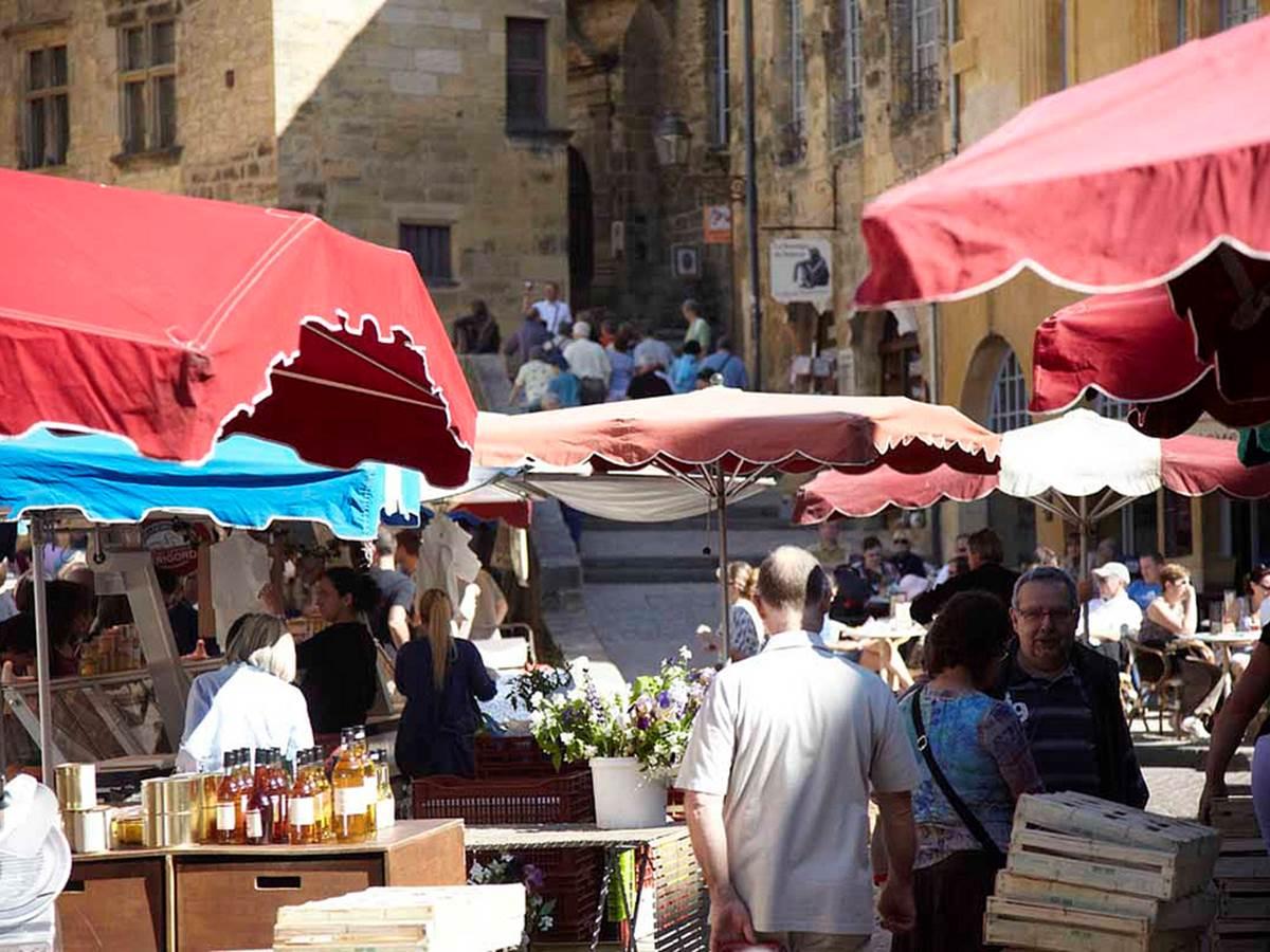 Jour de marché sur la place de la Liberté, petits producteurs et délices du Terroir