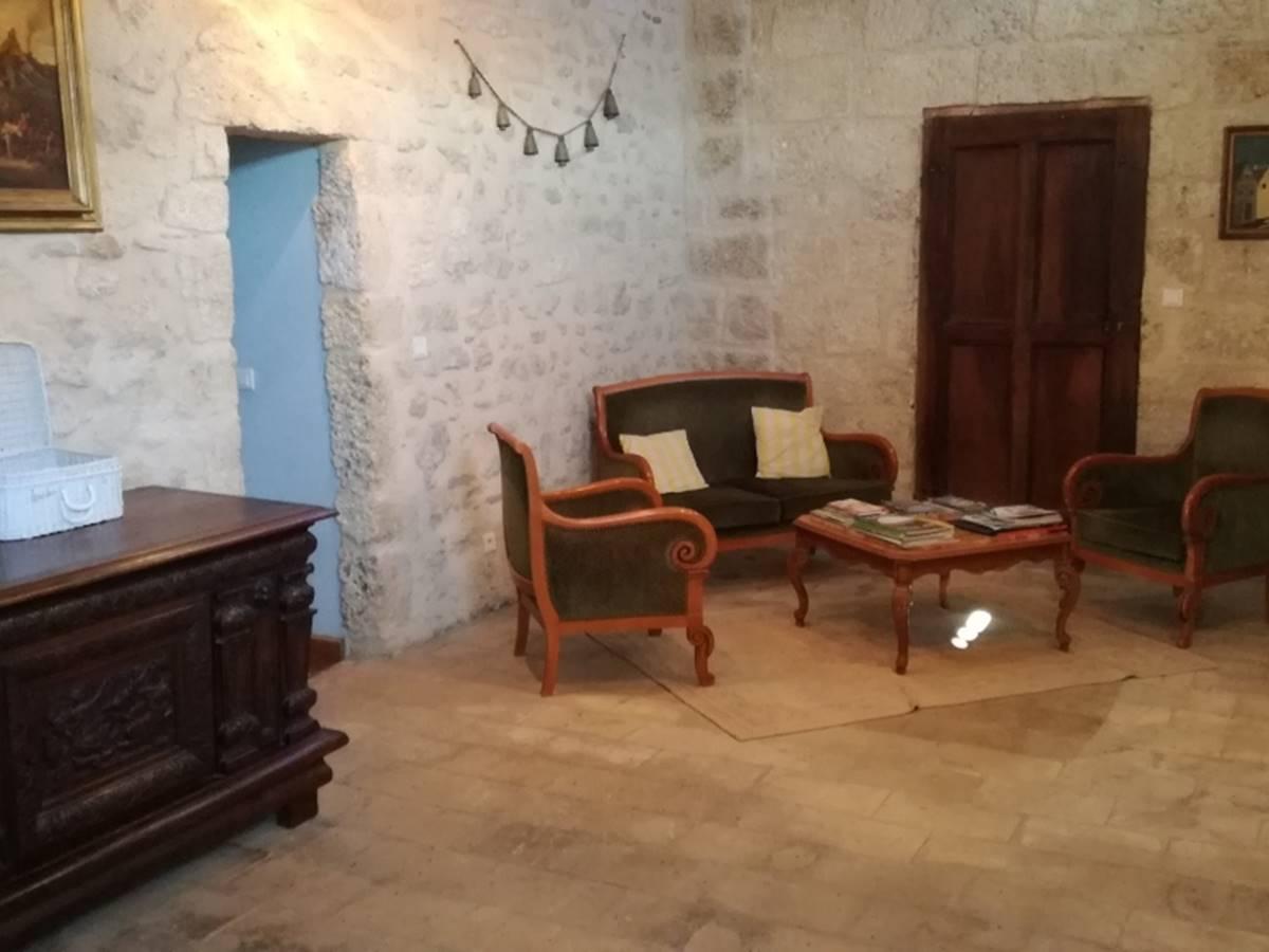 salon au 2ème étage proche des chambres du Soulier à Clous et de l'Héritage du Chat.