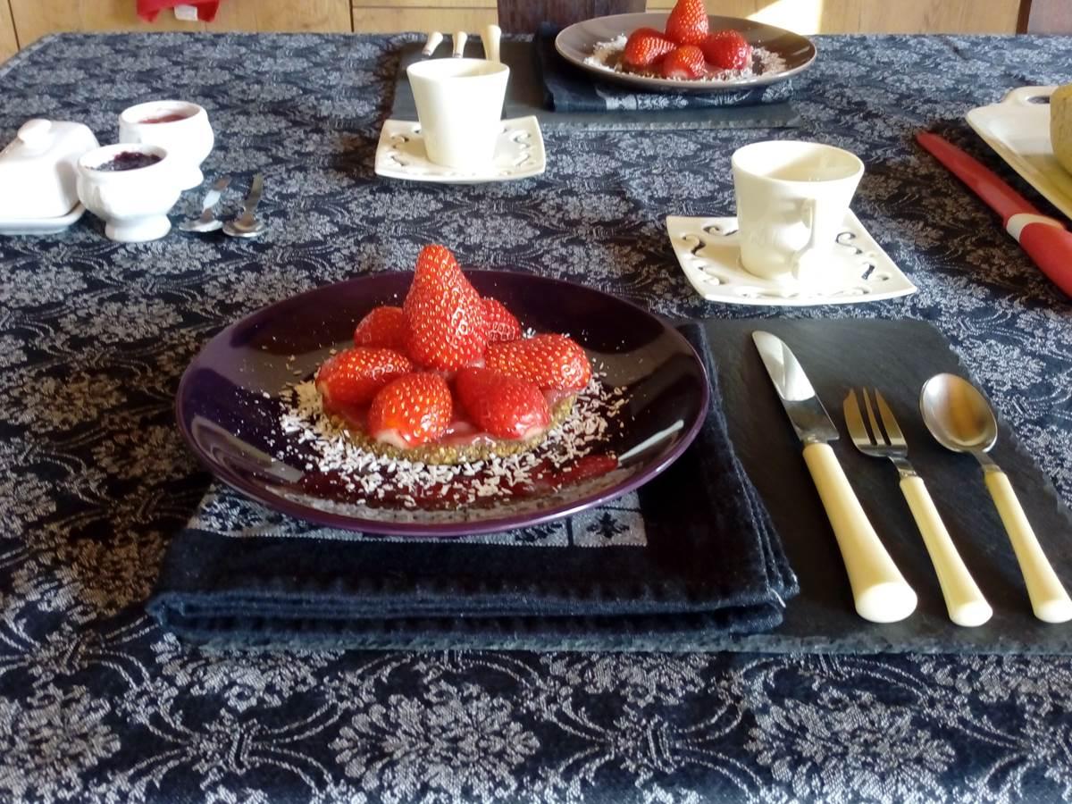 Petit Déjeuner. Tarte aux fruits crue