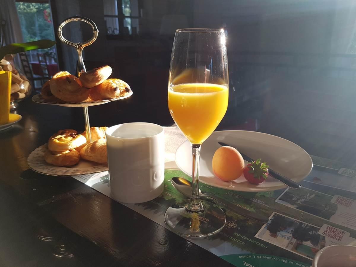 petit déjeuner express servi au bar Le Ranch des Lacs Hôtel 87120