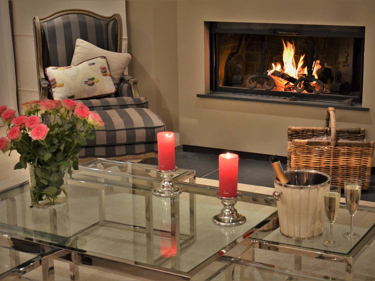 Feu de cheminée dans le salon de la Villa Vent Couvert
