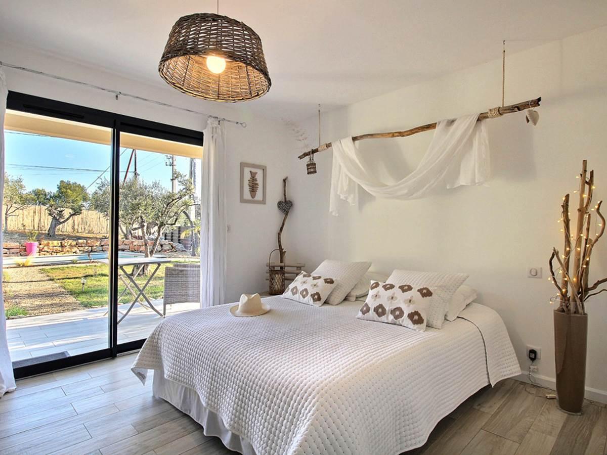 L'escapade tropezienne  du bois flotté, du blanc mat, du raffinement... c'est tout l'esprit de St Tropez dans cette chambre! Chambre située face à la piscine
