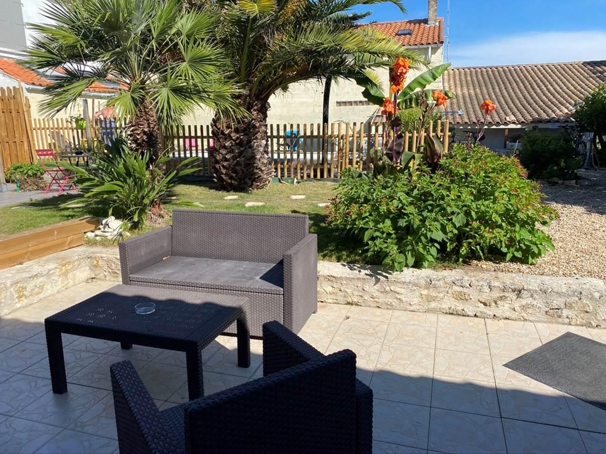 Espace salon extérieur donnant sur cour et piscine communes