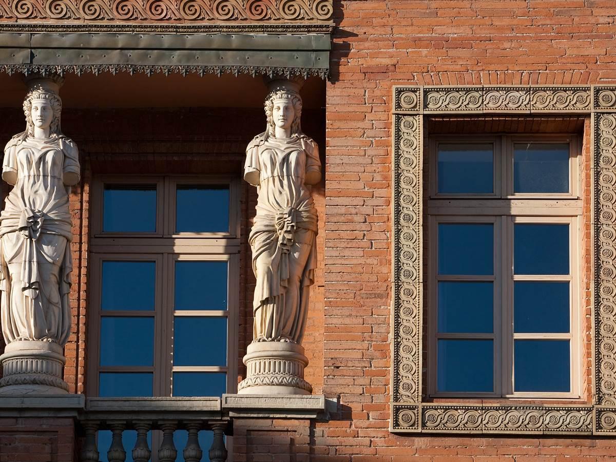 126916043 Détail de façade du vieil hotel des postes