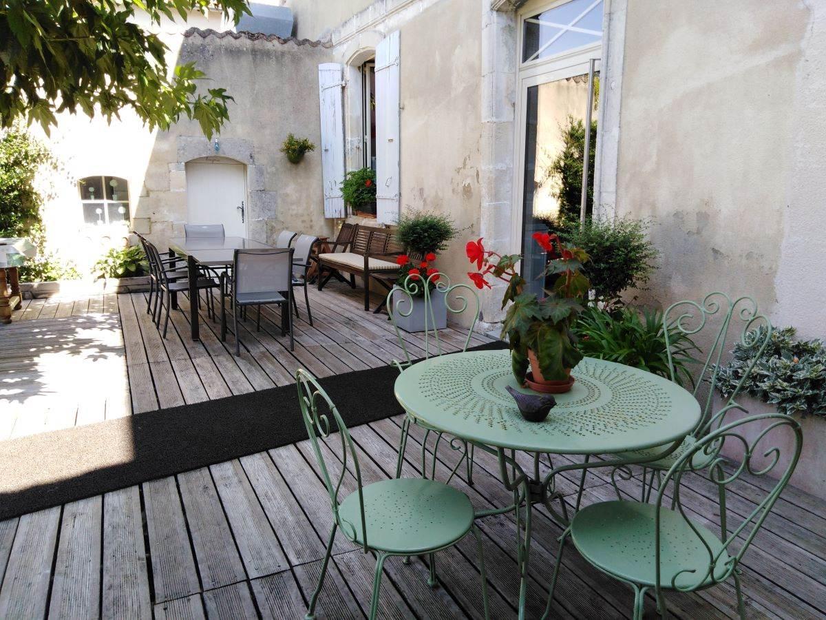 Table fer forgé romantique sur terrasse derrière la maison