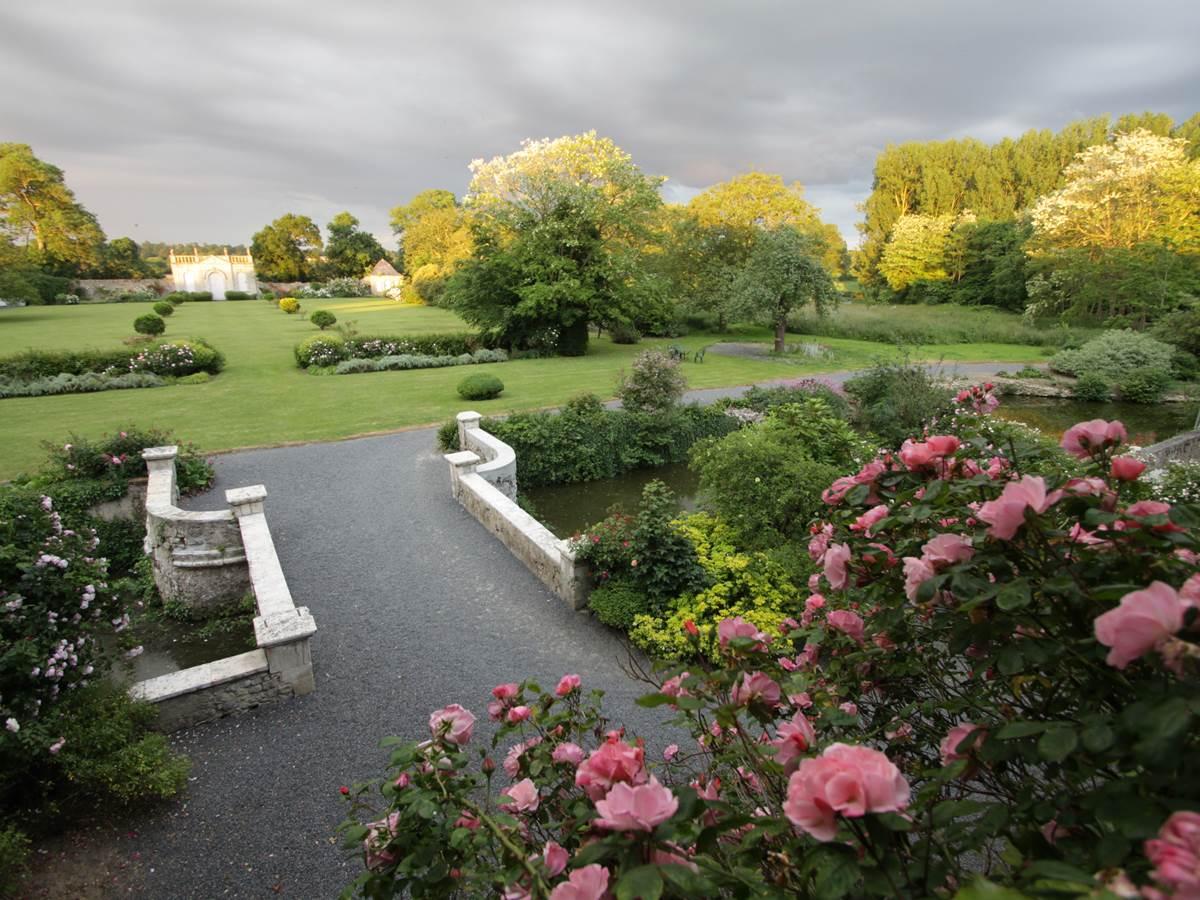 Pont sur les douves et jardin