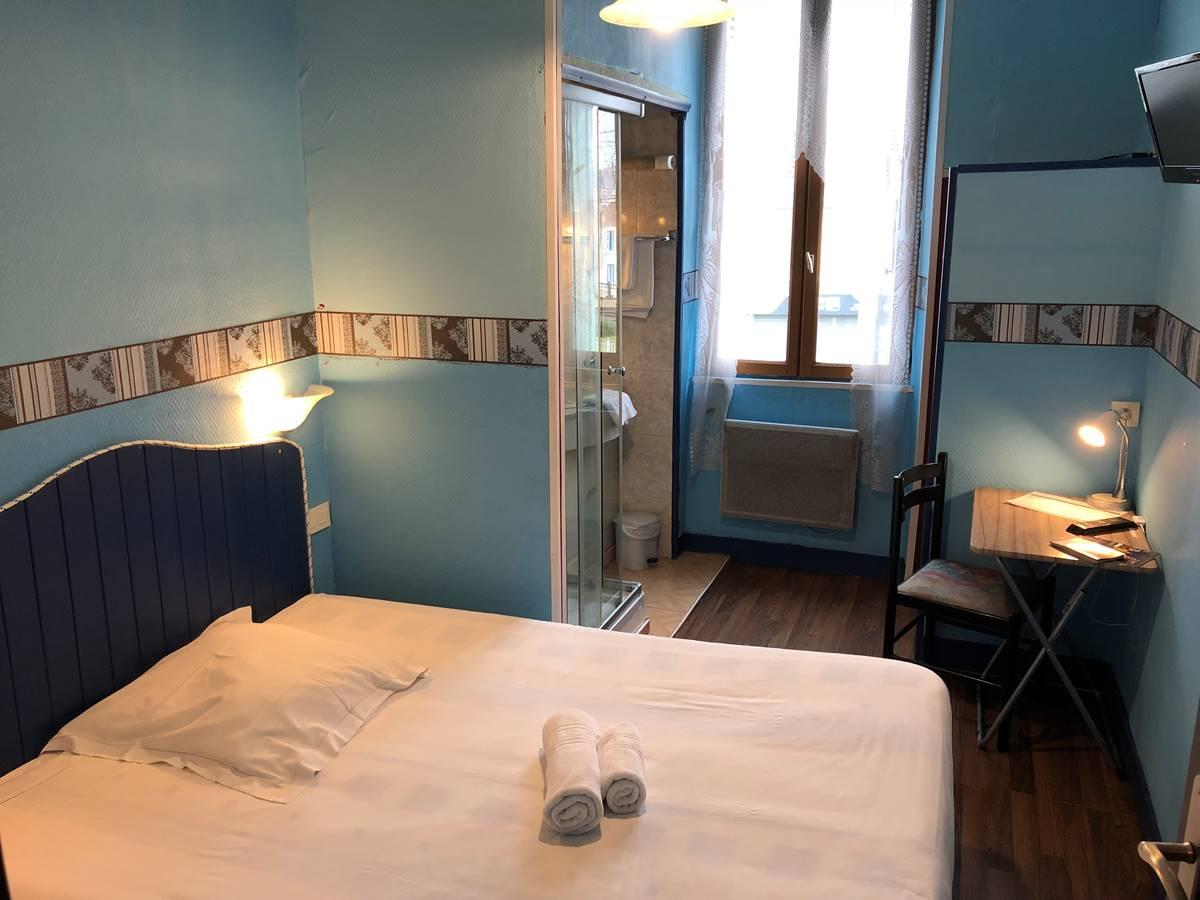 Chambre avec douche (wc sur le palier), à l'étage, côté rue, vue sur Périgueux