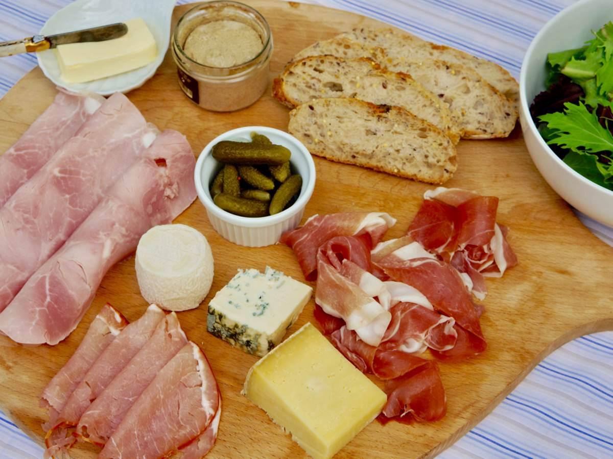 Planche charcuterie et fromage servi à la chambre d'hôtes la Rougeanne