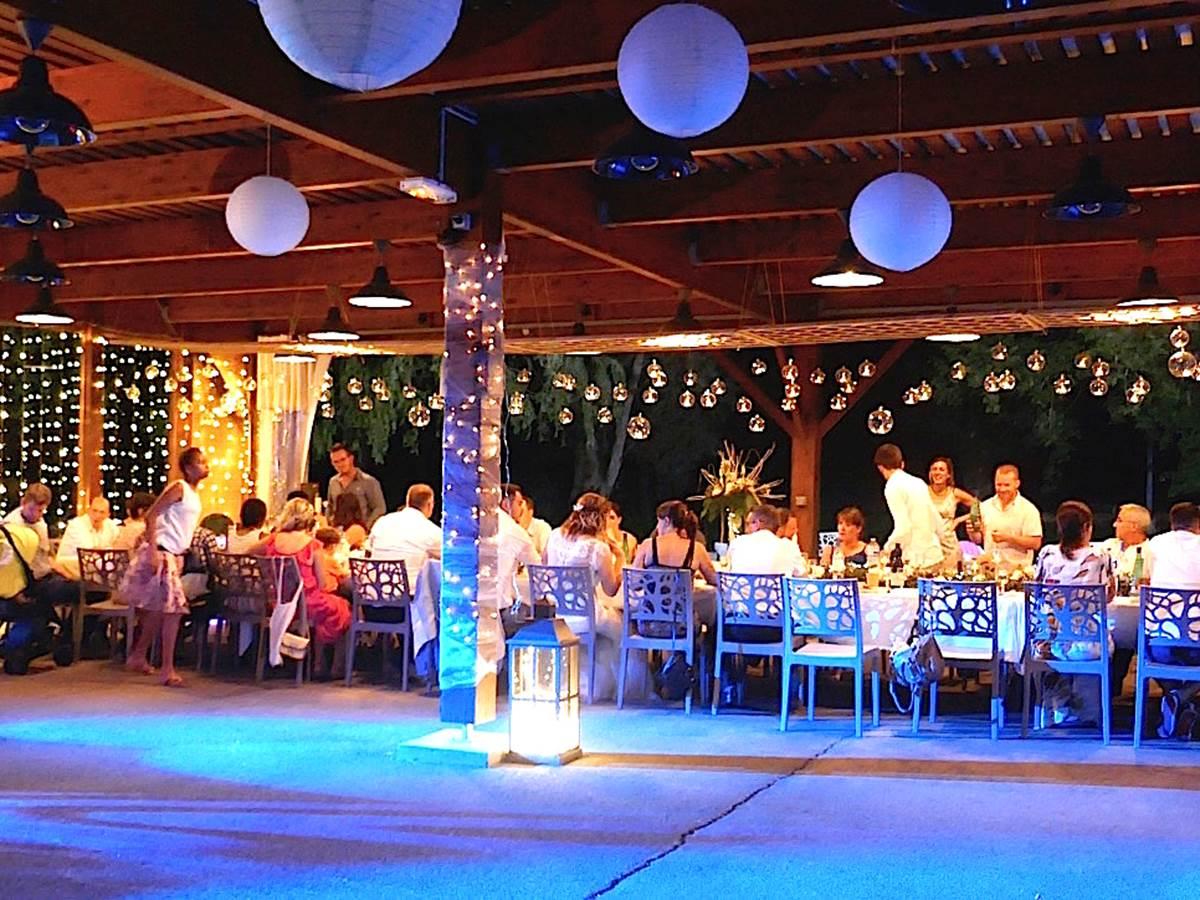 Le pavillon de 150 m2 ouvert sur le parc arboré