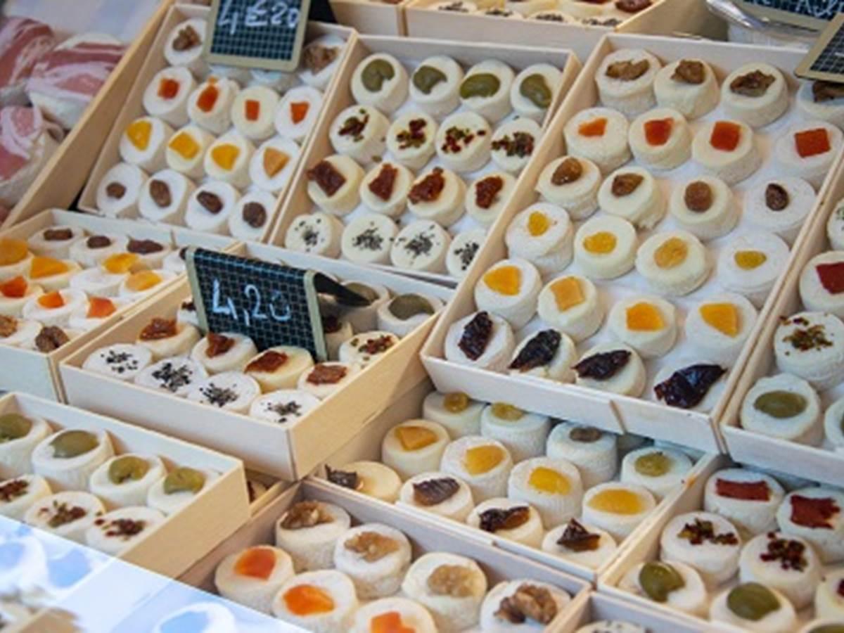 Fromages de chèvre sur le marché de Cahors ©%A0Cyril Novello - Lot Tourisme 200909-085146