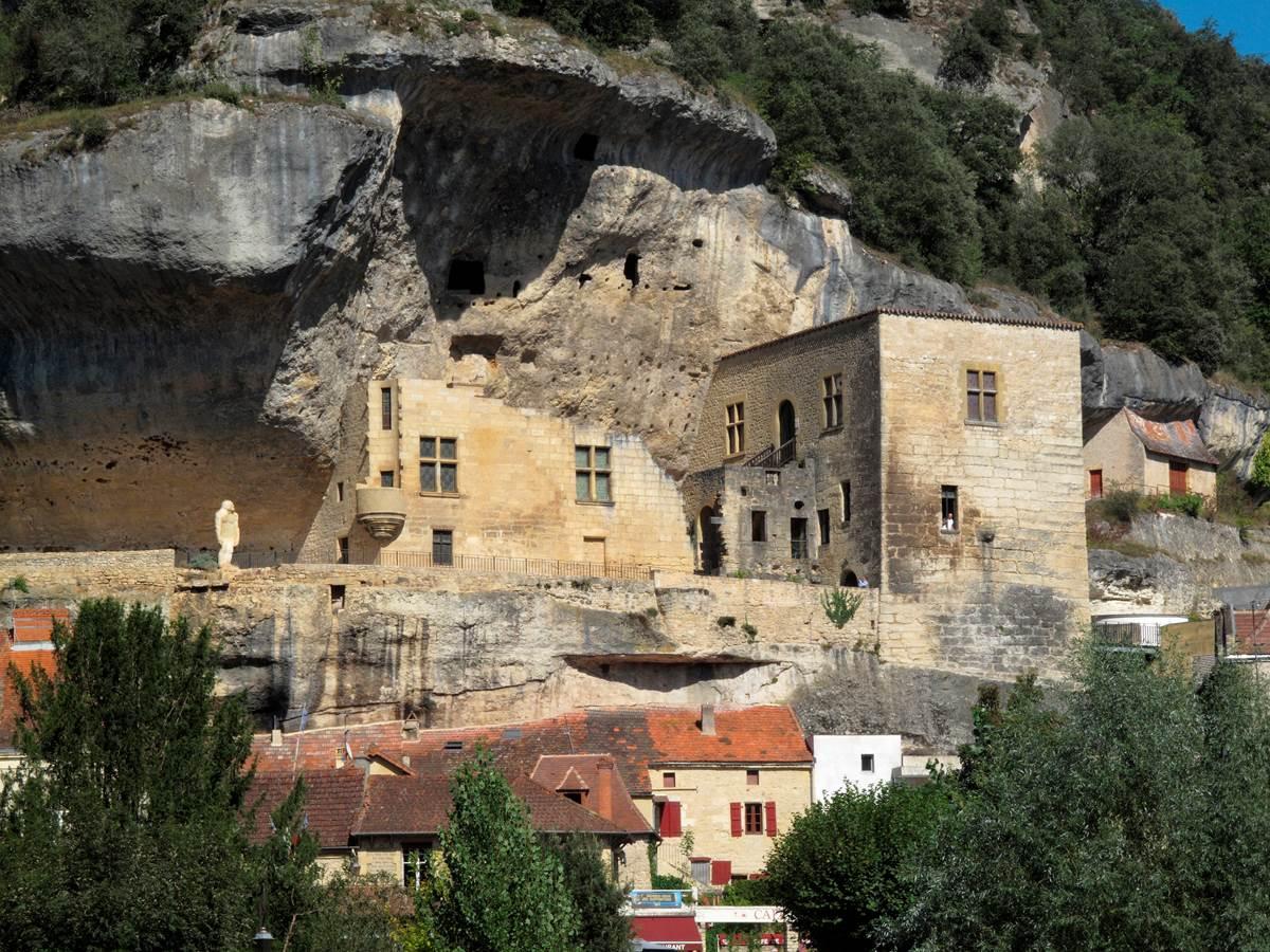 vue sur le village et le musée de la Préhistoire