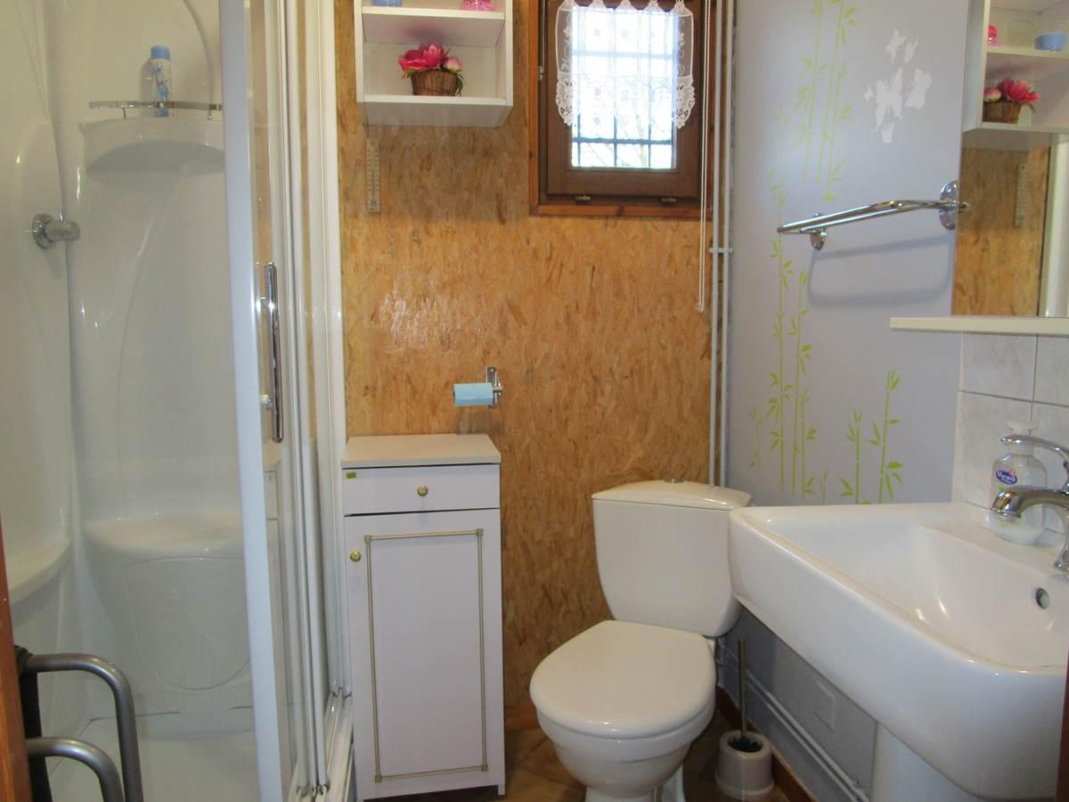 Gîte Les rosiers, salle de bains et WC, Arnac-La-Poste en Haute Vienne, Nouvelle Aquitaine