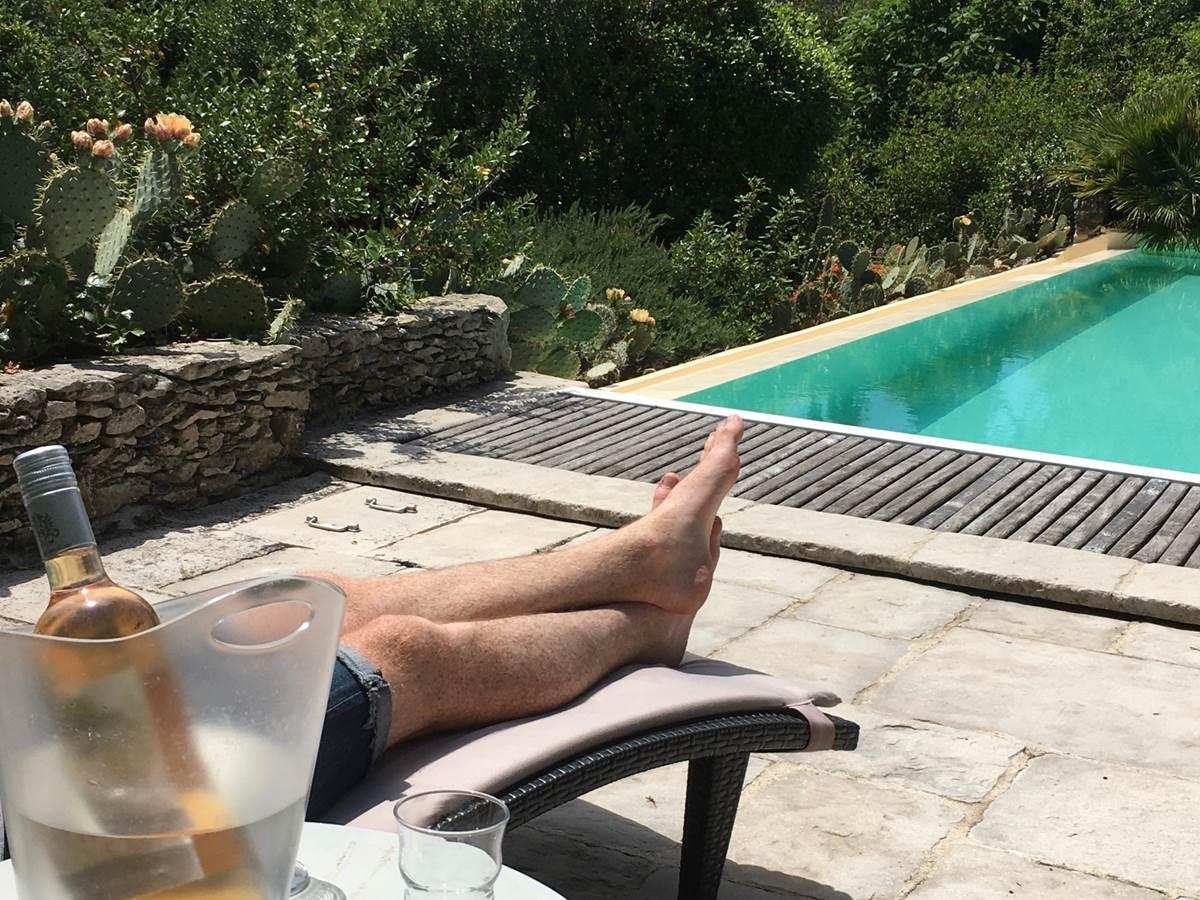 Détente aux bords de la piscine dans l'Aude aux chambres d'hôtes la Rougeanne