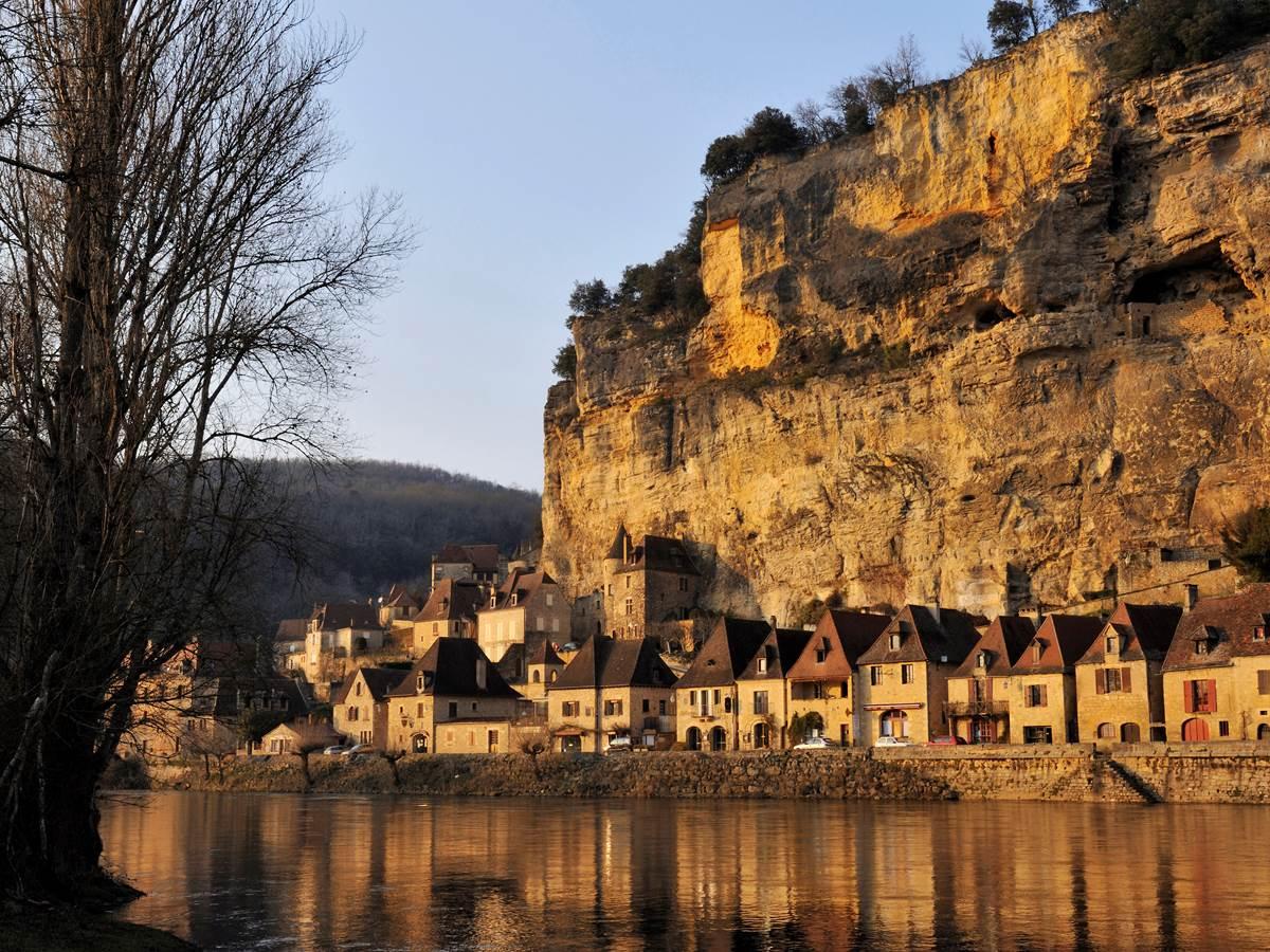 La roque gageac et ses maisons au bord de l'eau