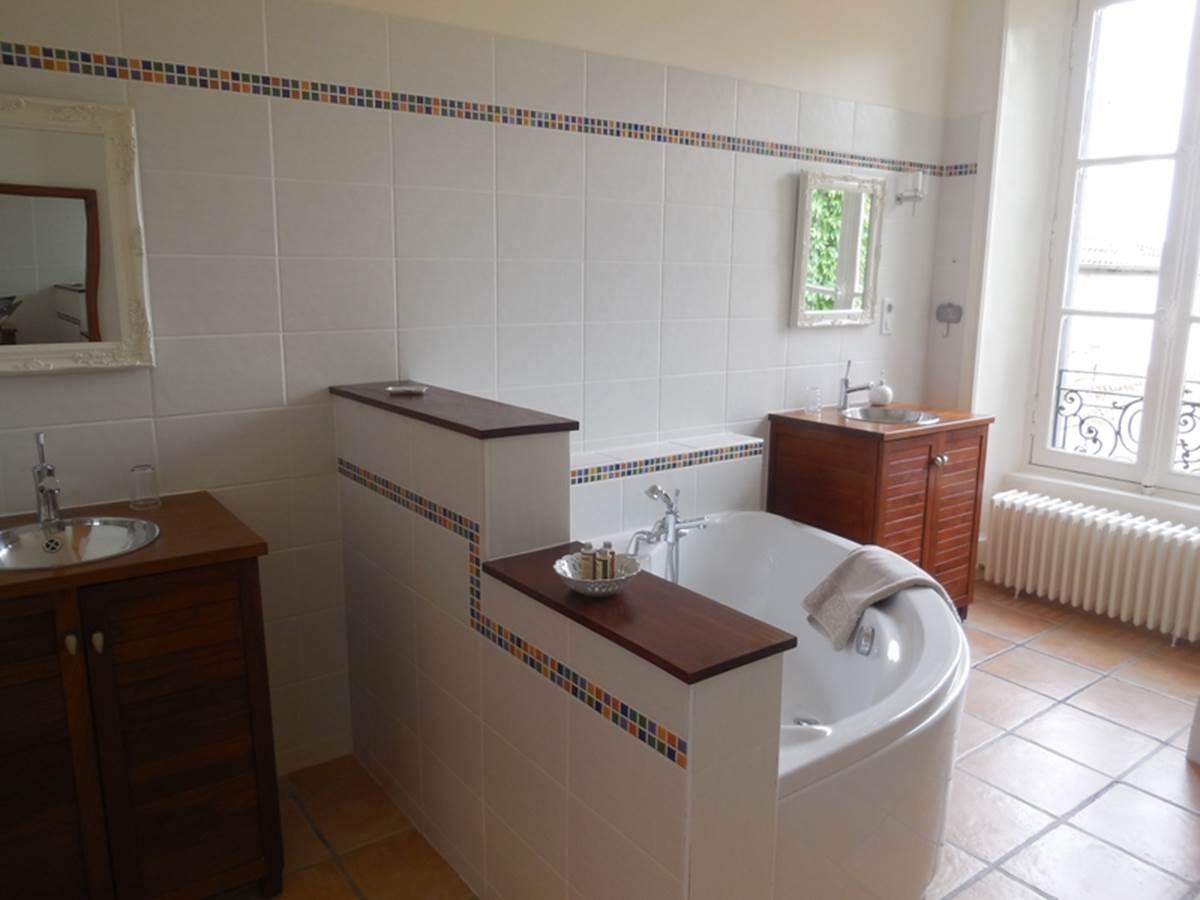 Suite Lys Rouge -  salle de bain et baignoire d'angle vue imprenable sur l'horizon