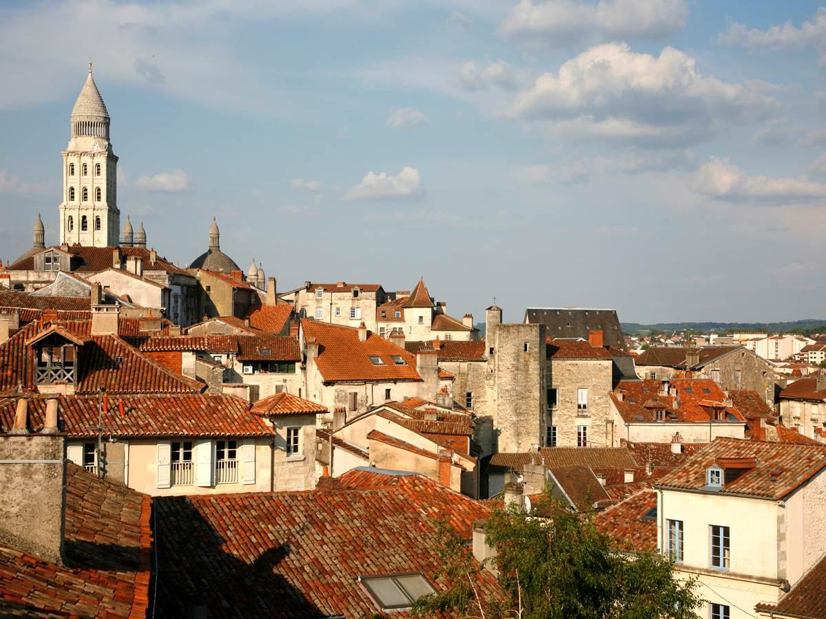 La tour Mataguerre par-dessus les toits