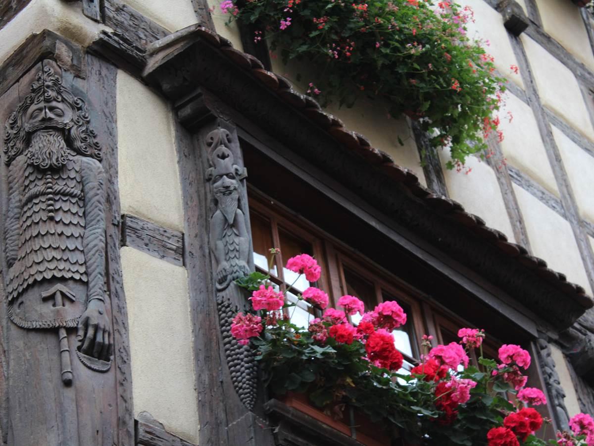 Colombages et superbes détails en bois sculpté