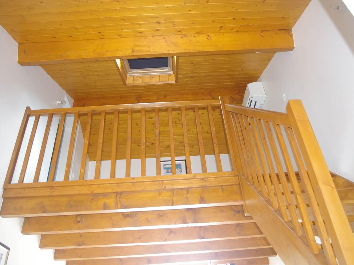 Mezzanine et accès pour la chambre à l'étage