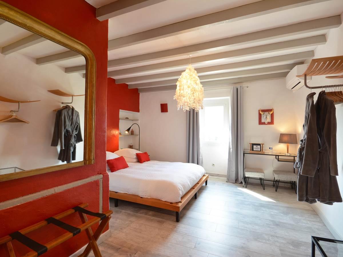la chambre de florence et son lit queen size bed