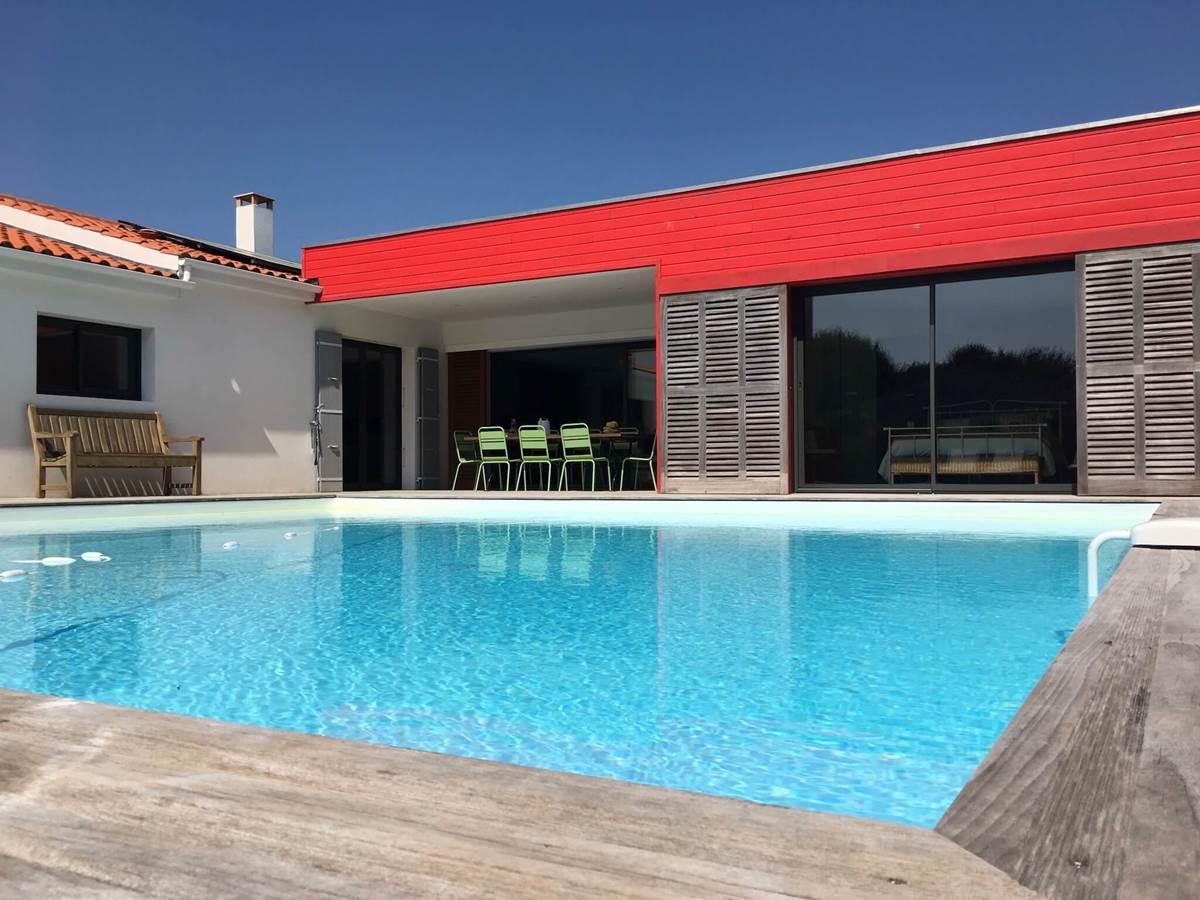 La chambre donne sur la piscine de 8 x 8 m