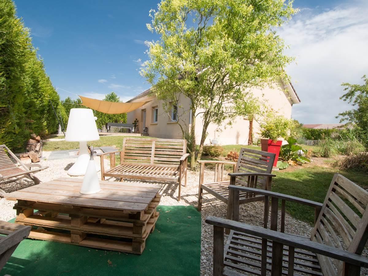 terrasse détente dans jardin gite du puit des granges