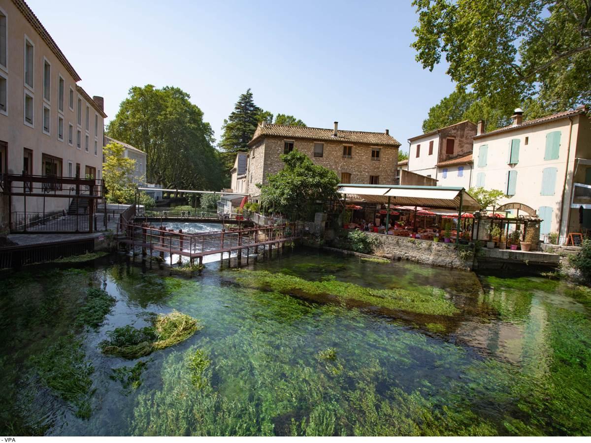 Fontaine de Vaucluse. Copyright.29768-Fontaine_de_Vaucluse_-HOCQUEL_A_-_VPA-1600px
