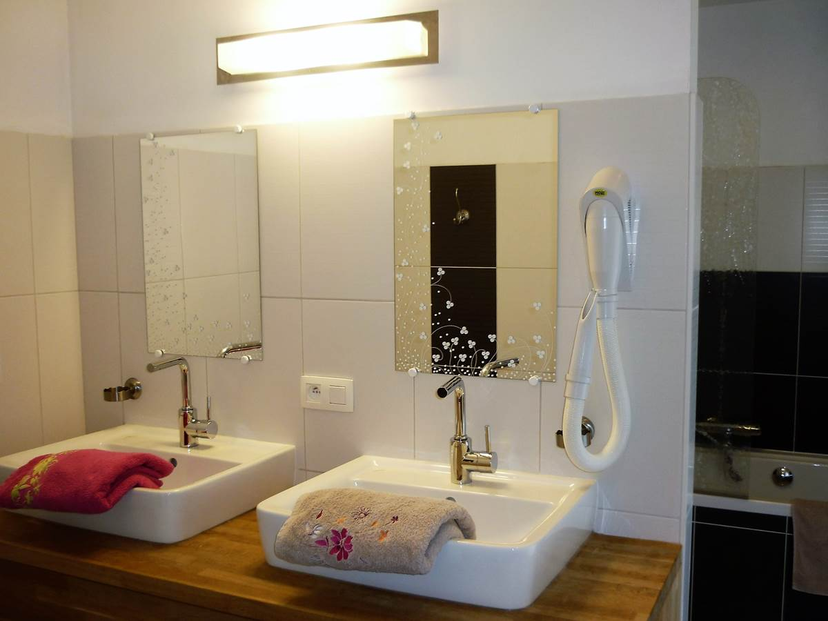 Une belle grande salle de bain - baignoire  douche - double lavabo - wc  attenante à la chambre Fuschia