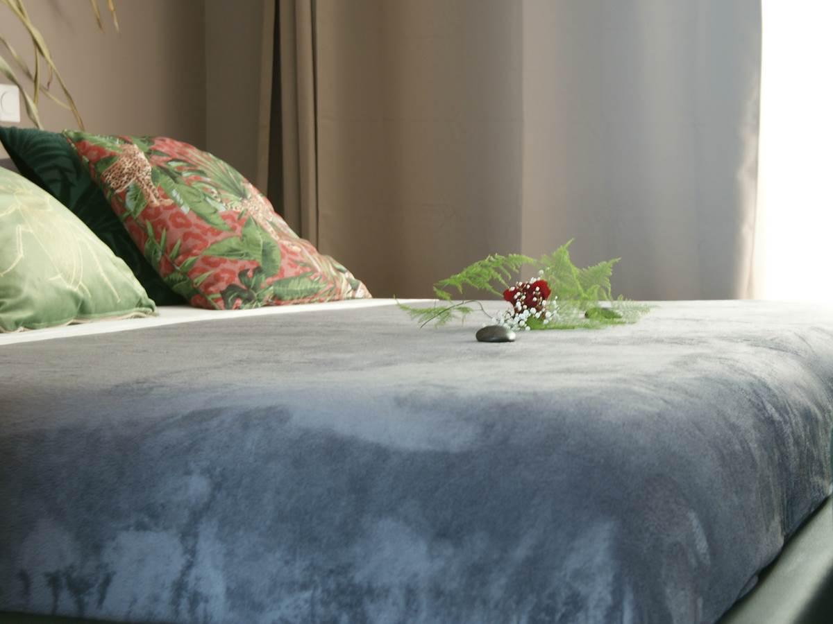 Le lit King size de la suite Jardin Suspendu JARDIN DE RAVINTSARA