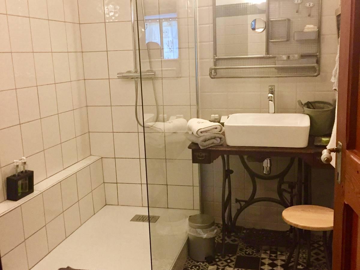 La salle de douche rénovée en 2017 de la chambre Clocher