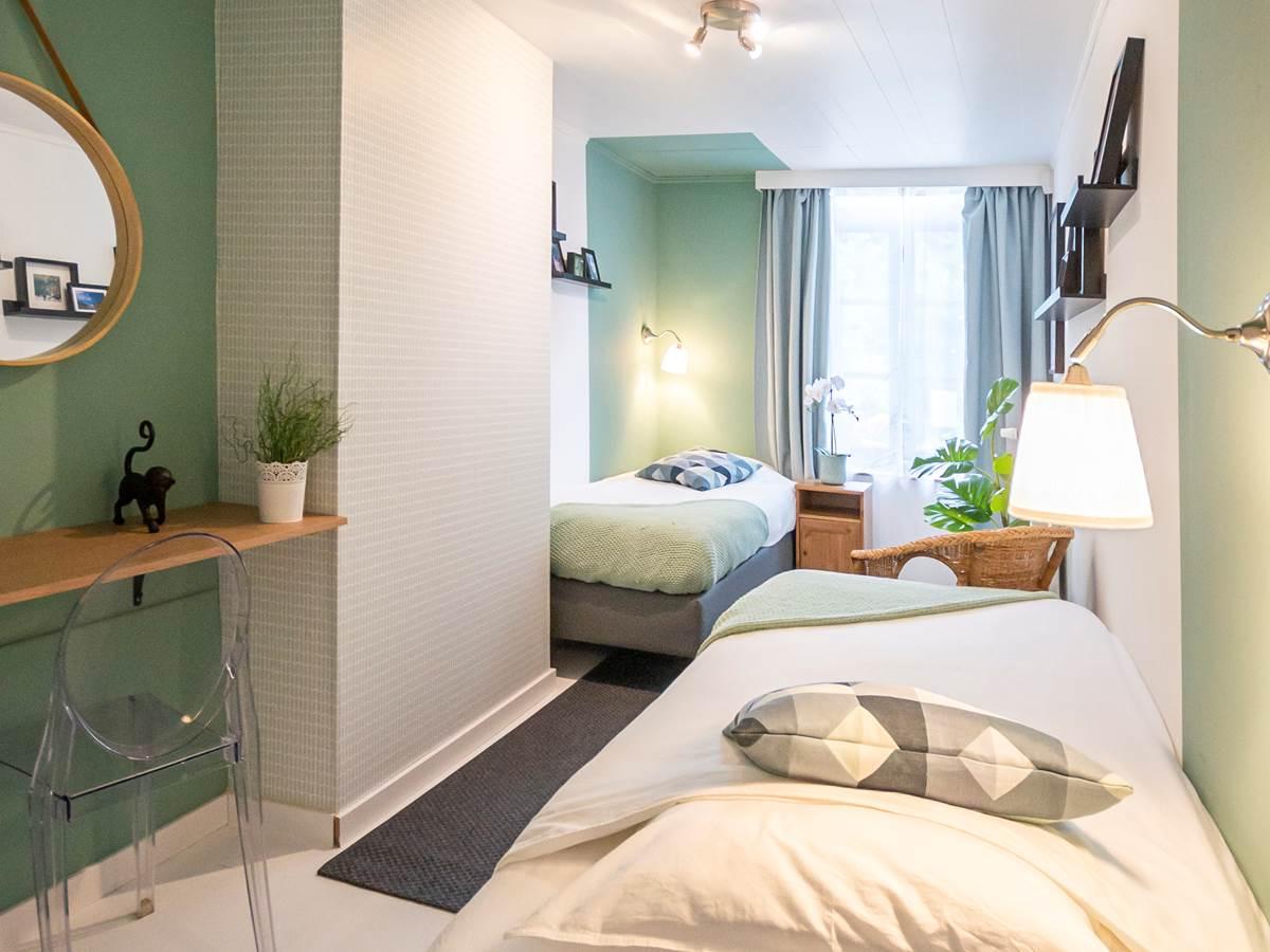 vue d'ensemble de la chambre aux deux lits simples