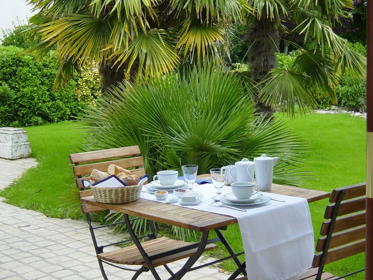 Petit déjeuner sur la terrasse de La Rochelle Lodge
