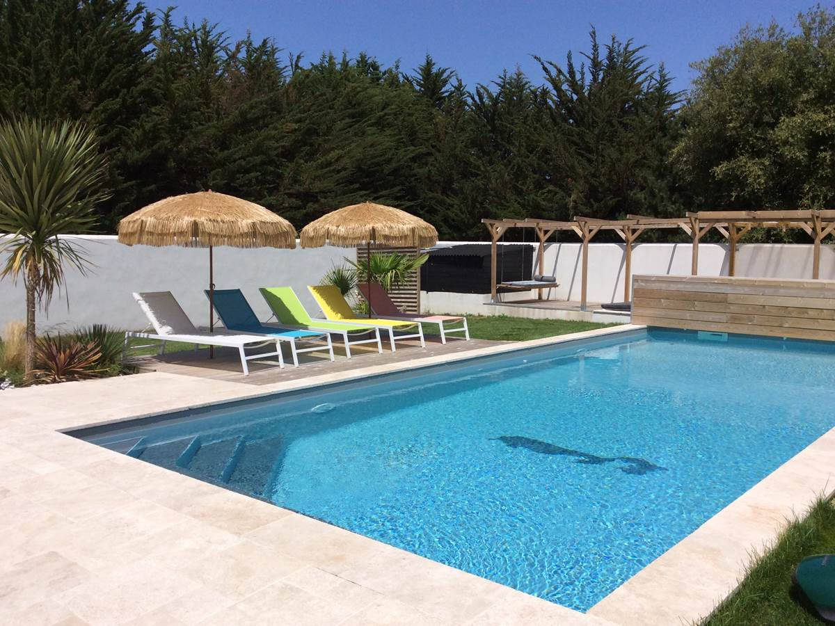 La-piscine-et-ses-exterieurs-ile-de-re