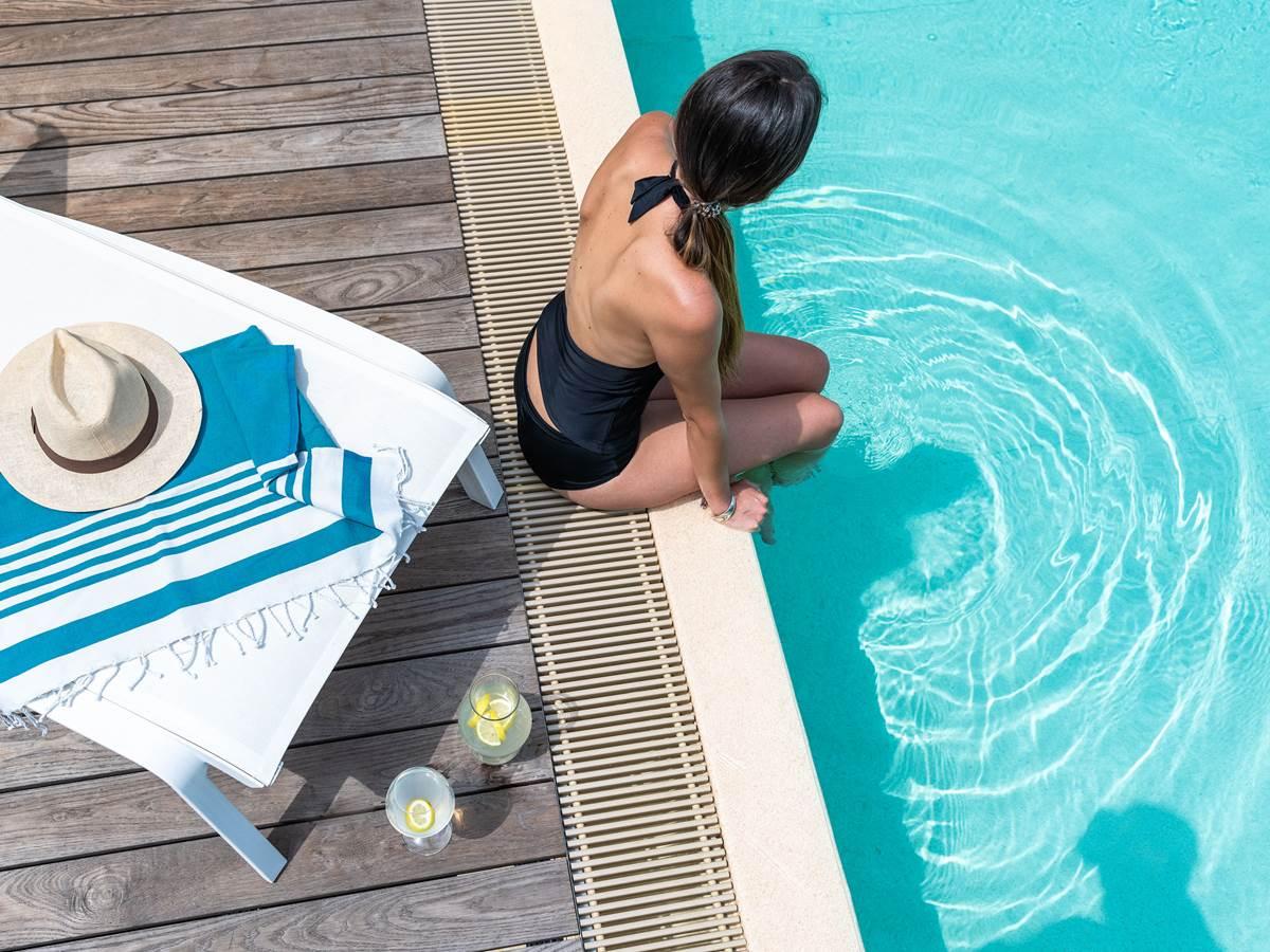 Pause détente au bord de la piscine.