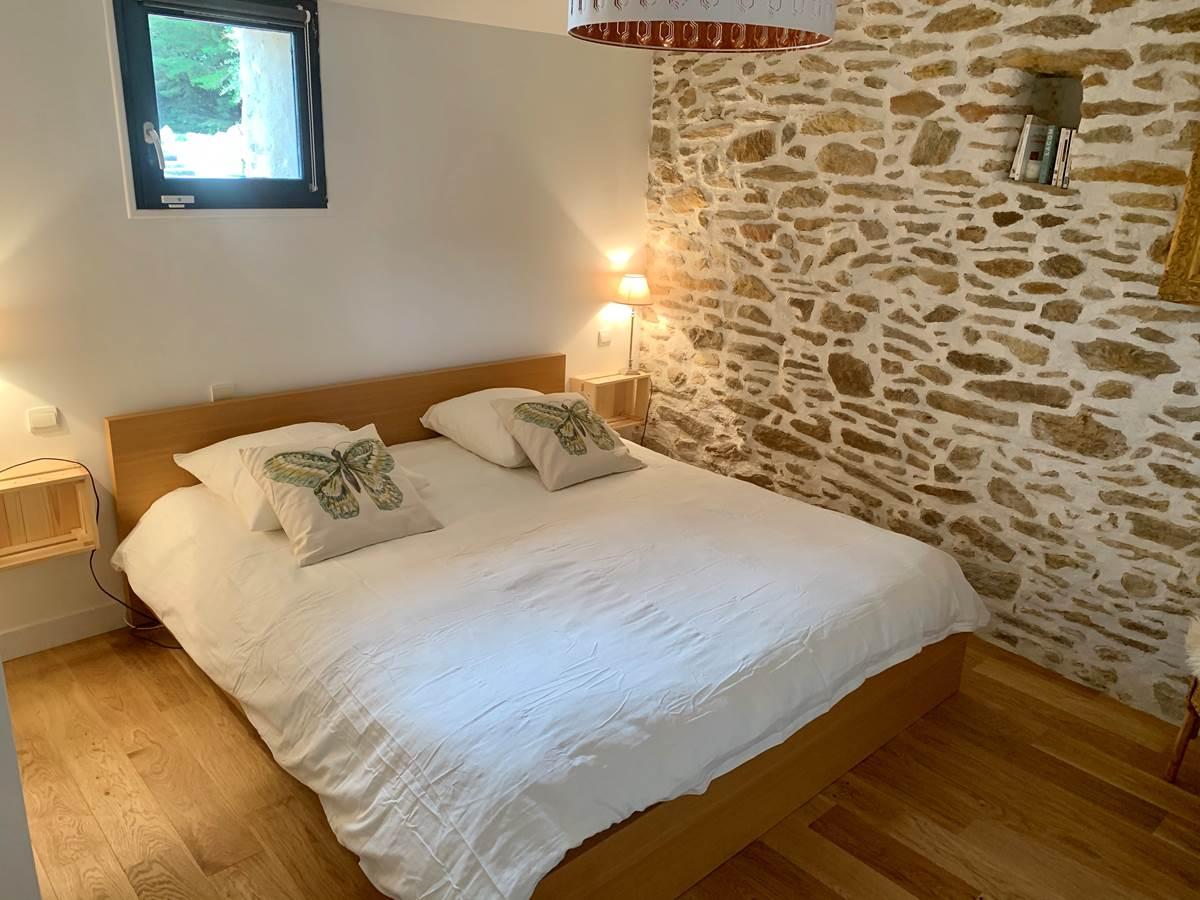 La chambre principale avec son lit de 180x200