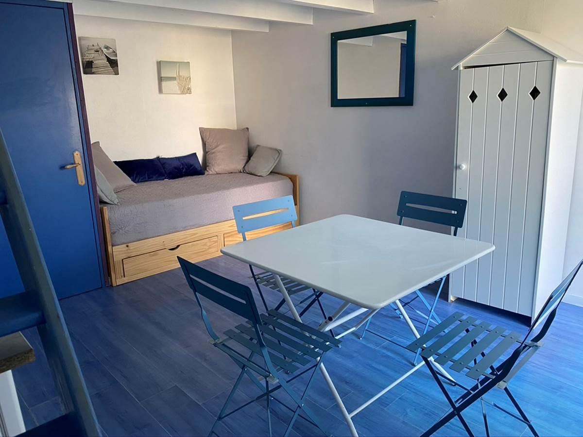 Coin séjour avec lit gigogne formant un grand lit de 180